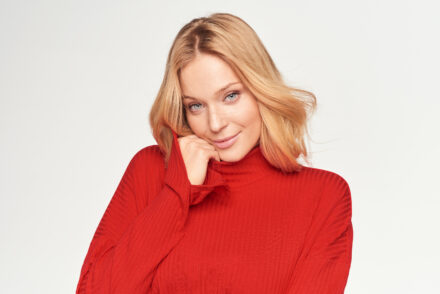 komplet czerwony sweter zbliżenie