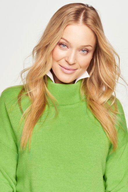 sweter zielony zbliżenie