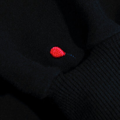 bluza z kapturem czarna z balonikiem detal